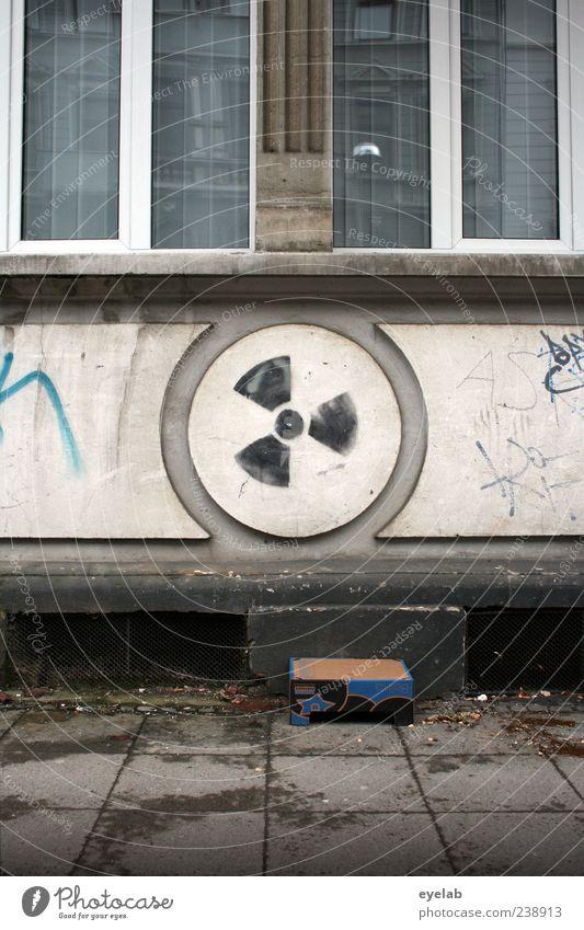 Energie Bekenntnis Haus Bauwerk Gebäude Architektur Mauer Wand Fassade Fenster Dekoration & Verzierung Kitsch Krimskrams Stein Beton Zeichen Ornament Graffiti
