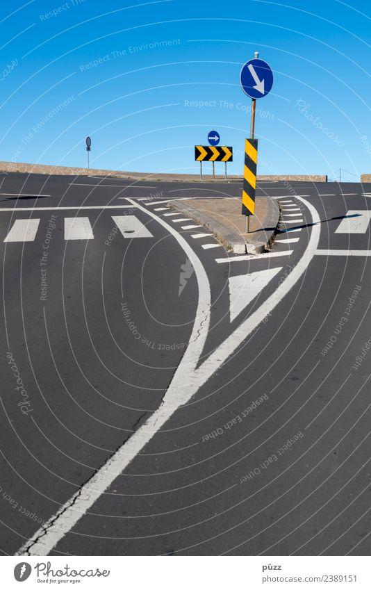 Zeichen und Linien Umwelt Wolkenloser Himmel Schönes Wetter Menschenleer Verkehr Verkehrswege Autofahren Fußgänger Straße Straßenkreuzung Wege & Pfade