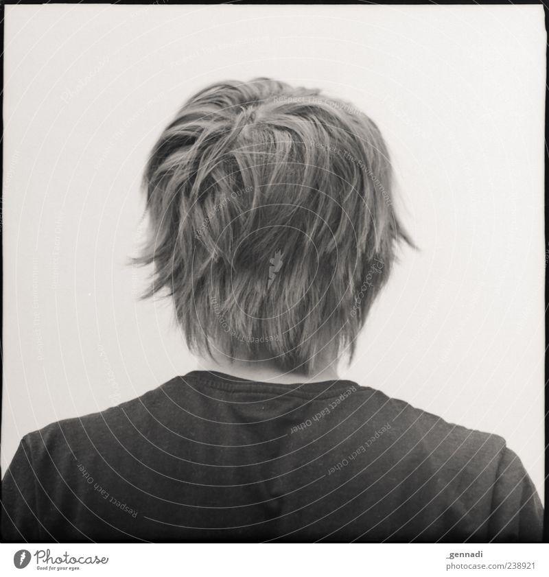 Hinten maskulin Junger Mann Jugendliche Erwachsene 1 Mensch 18-30 Jahre T-Shirt warten Schwarzweißfoto Außenaufnahme Experiment Freisteller Hintergrund neutral