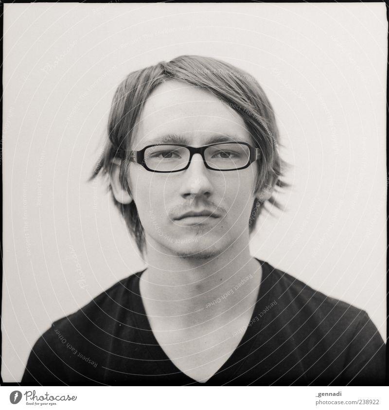 Vorn maskulin Junger Mann Jugendliche 1 Mensch 18-30 Jahre Erwachsene warten Traurigkeit Schwarzweißfoto Außenaufnahme Experiment Schwache Tiefenschärfe