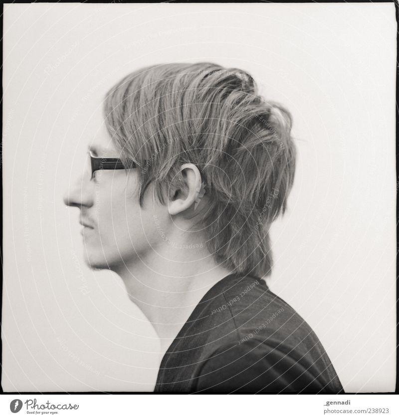 Links maskulin Junger Mann Jugendliche Erwachsene 1 Mensch 18-30 Jahre warten Schwarzweißfoto Außenaufnahme Experiment Freisteller Hintergrund neutral