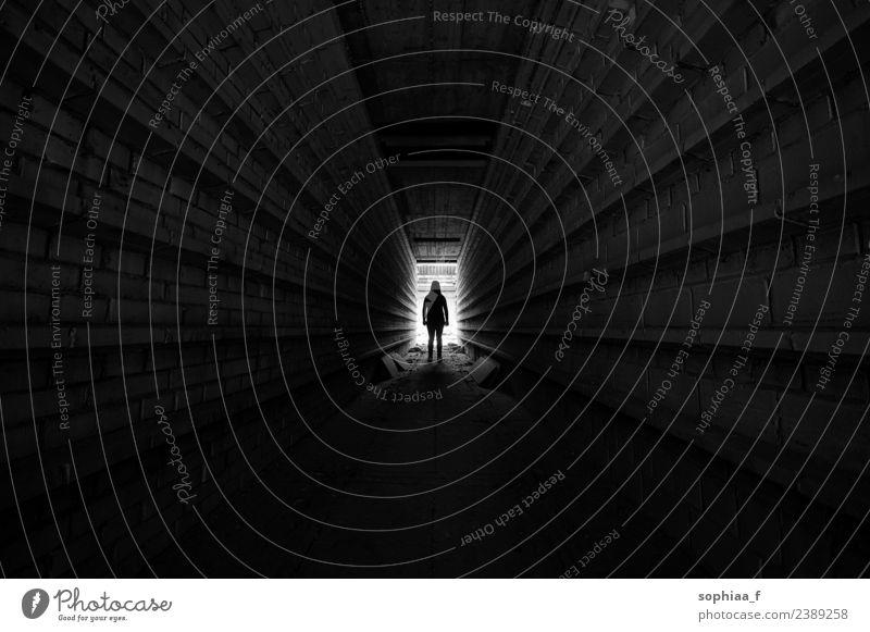 Im Licht stehende Person am Ende des Tunnels, Silhouette Stollen Depression Dunkelheit einsam Angst Geisteskrankheit allein Isolation dunkel unterirdisch Kraft