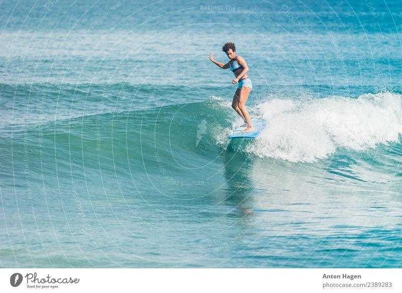 Mensch Ferien & Urlaub & Reisen Jugendliche blau Wasser Meer Strand 18-30 Jahre Erwachsene Sport feminin Freizeit & Hobby Körper sportlich Bikini Surfen