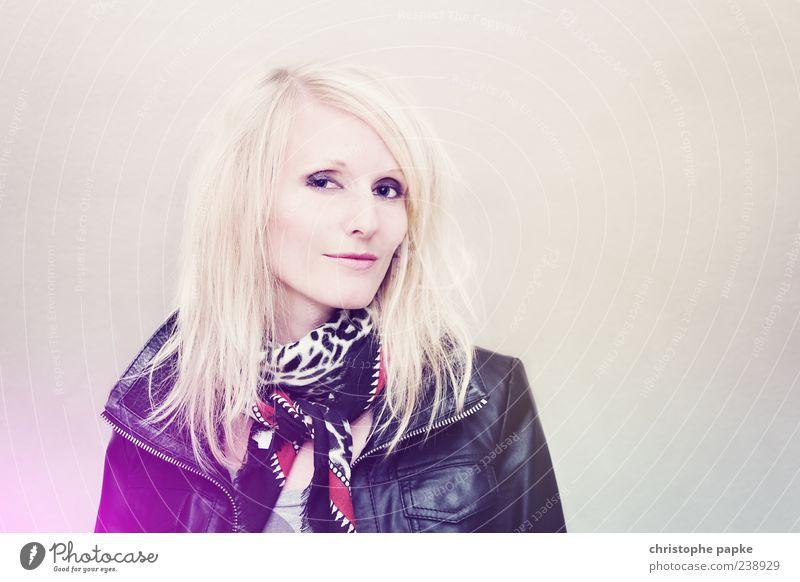Let there be rock Stil Gesicht Mensch feminin Junge Frau Jugendliche Erwachsene 1 18-30 Jahre Mode Leder blond beobachten ästhetisch schön kalt Farbfoto