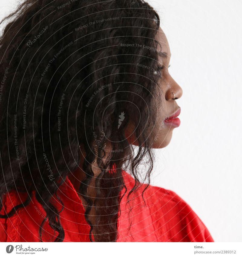 Apolline feminin Frau Erwachsene 1 Mensch Piercing schwarzhaarig Locken Afro-Look beobachten Blick elegant schön selbstbewußt Willensstärke Verschwiegenheit