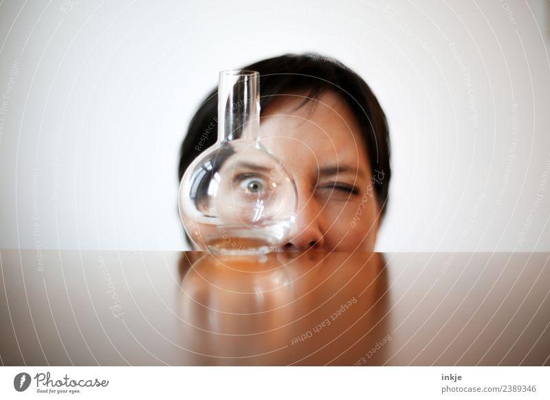 Glasvase, Zeit und Kamera Frau Mensch Gesicht Erwachsene Auge Lifestyle Leben lustig Freizeit & Hobby 45-60 Jahre beobachten Neugier Durchblick Vase nerdig