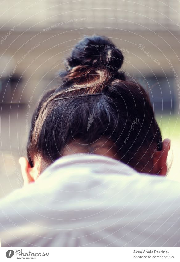 dutt. feminin Kopf Haare & Frisuren 1 Mensch schwarzhaarig brünett Zopf Dutt Traurigkeit Sorge Trauer Ohr Junge Frau Farbfoto Gedeckte Farben Außenaufnahme