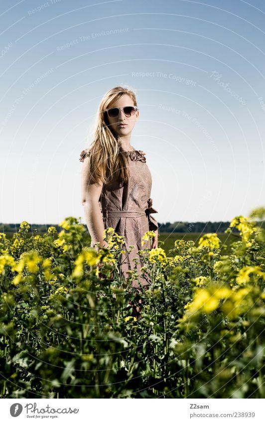 blumenkind Lifestyle elegant Erholung feminin Junge Frau Jugendliche 1 Mensch 18-30 Jahre Erwachsene Natur Landschaft Himmel Sommer Blume Grünpflanze Mode Kleid