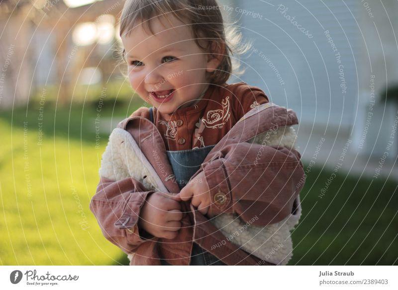 Jacke raus, der Frühling ist da feminin Kleinkind 1 Mensch 1-3 Jahre Schönes Wetter Wiese Latzhose Weste lammfell brünett Bewegung Lächeln lachen leuchten frech