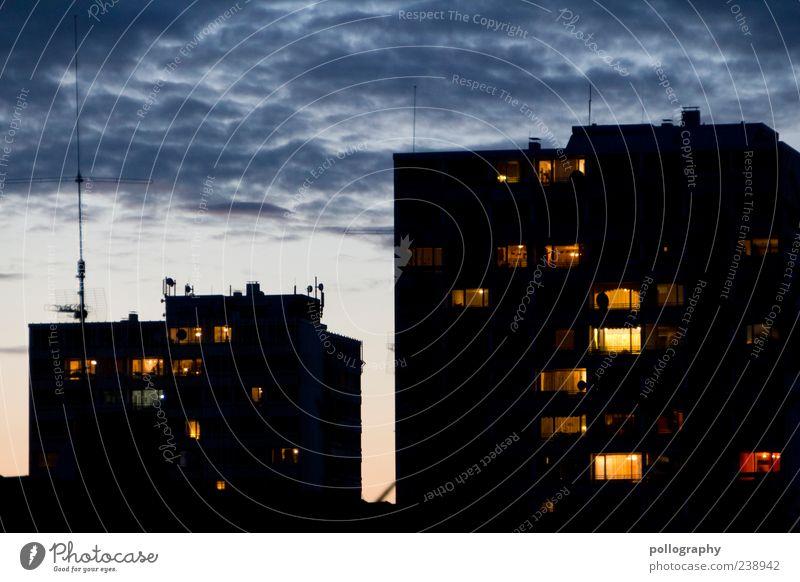 Neighborhood Haus Hochhaus Gebäude Fenster eckig blau gelb schwarz Häusliches Leben Zusammenhalt Farbfoto Außenaufnahme Menschenleer Dämmerung Nacht Silhouette