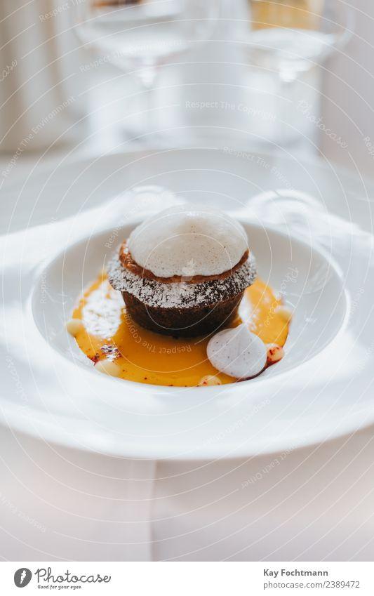 Süßes Dessert eines Feinrestaurants Lebensmittel Milcherzeugnisse Speiseeis Süßwaren Schokolade Ernährung Kaffeetrinken Teller Restaurant Duft Essen ästhetisch