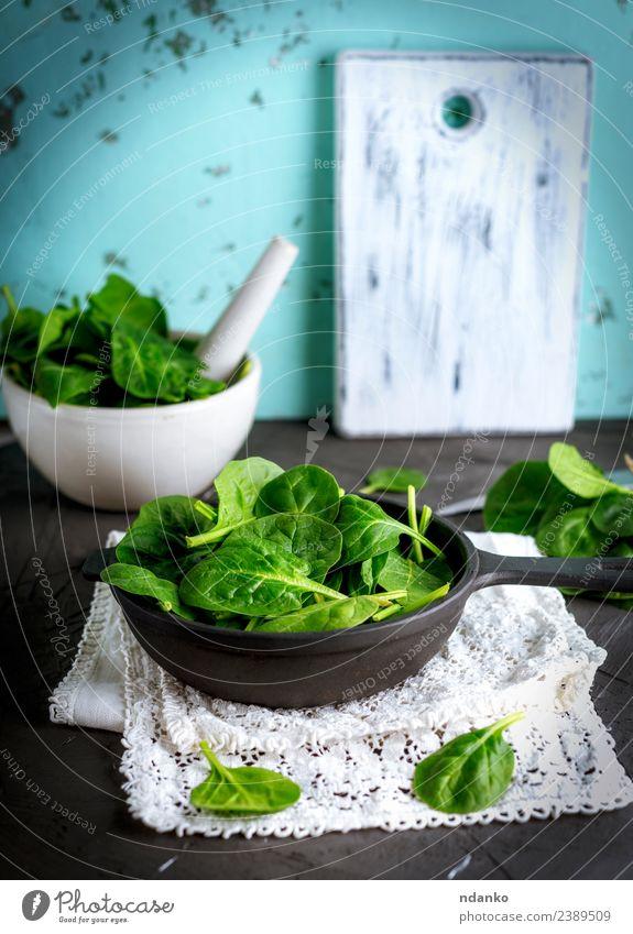 frische grüne Spinatblätter Gemüse Salat Salatbeilage Kräuter & Gewürze Ernährung Vegetarische Ernährung Diät Teller Schalen & Schüsseln Pfanne Tisch Natur