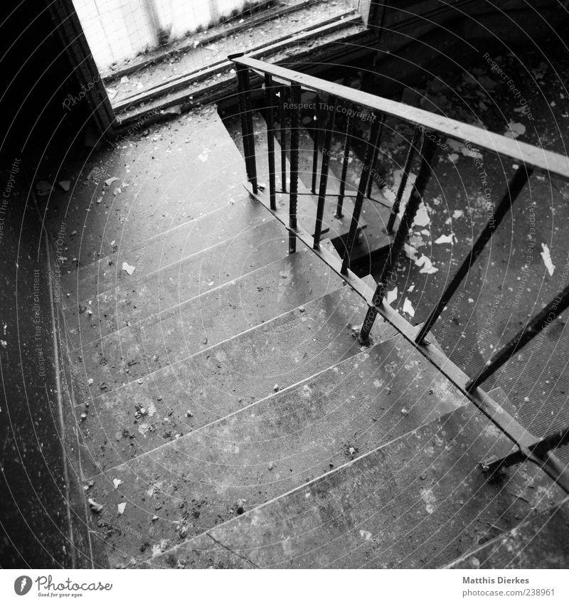 Ver.lassen Menschenleer Industrieanlage Ruine Architektur Treppe Fenster Denkmal Stein alt ästhetisch eckig gruselig trashig trist verfallen Treppengeländer