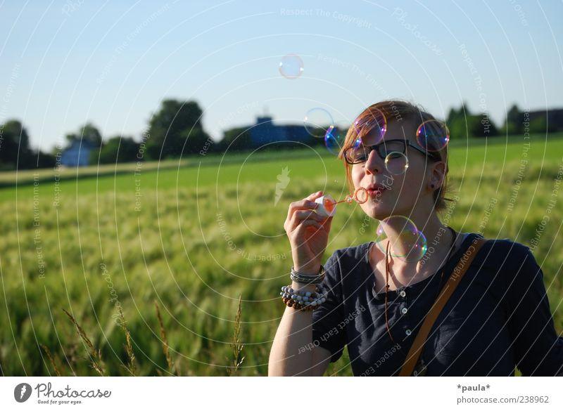 Sommergefühl Mensch Jugendliche blau grün Pflanze Sommer Erwachsene Landschaft Bewegung Glück Kopf träumen Feld Arme Junge Frau natürlich