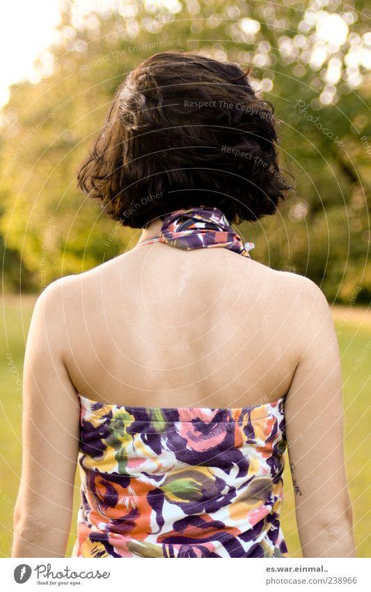 rücksicht nehmen. Mensch Frau schön ruhig feminin Gefühle Stimmung Rücken außergewöhnlich ästhetisch authentisch stehen geheimnisvoll dünn Gelassenheit langhaarig
