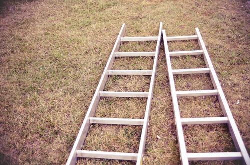 Zwei Leiter Werkzeug Beginn Aluminium 2 liegen Boden Gras Erde braun Renovieren bauen Farbfoto Gedeckte Farben Außenaufnahme Menschenleer Textfreiraum links Tag