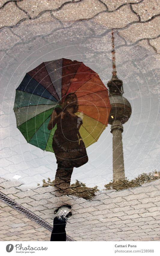 fast gleich groß feminin Junge Frau Jugendliche Erwachsene Regen Hauptstadt Sehenswürdigkeit stehen nass dünn Regenschirm mehrfarbig Pfütze