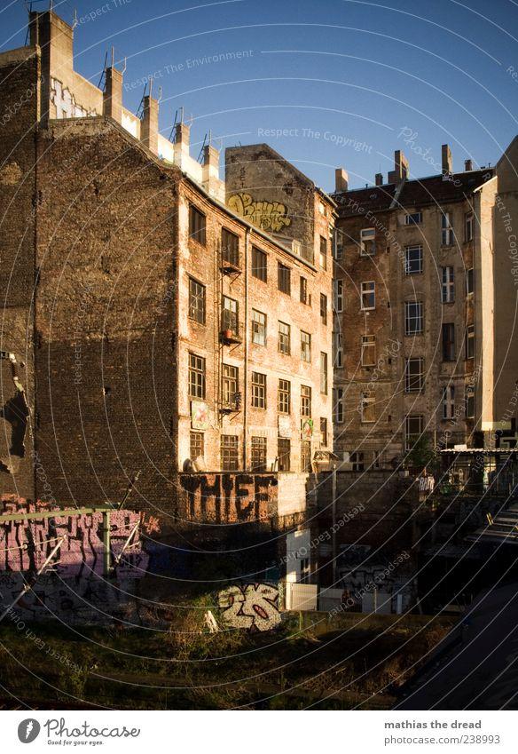 STADTLEBEN III Wolkenloser Himmel Sommer Menschenleer Haus Bauwerk Gebäude Architektur Mauer Wand Fassade Fenster Zeichen Schriftzeichen Graffiti alt ästhetisch