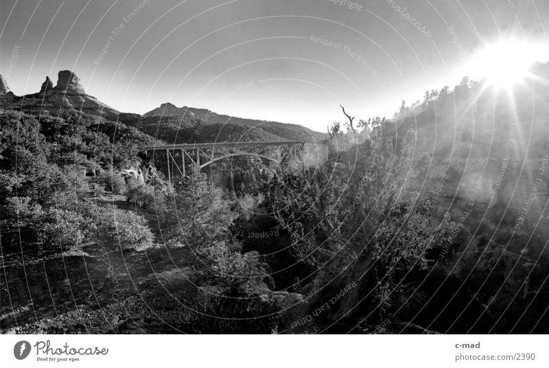 Brücke bei Sedona Gegenlicht Stahlbrücke Sonne Sonnenlicht Sonnenstrahlen Schwarzweißfoto blenden Leuchtkraft Tal Landschaft