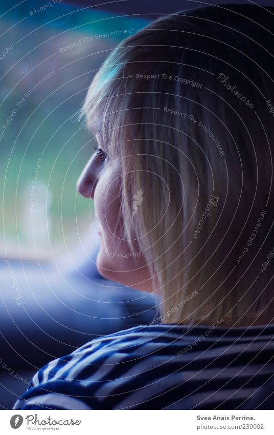 autofahrt. Junge Frau Jugendliche 1 Mensch 18-30 Jahre Erwachsene T-Shirt gestreift Haare & Frisuren blond kurzhaarig Denken Traurigkeit Sorge Trauer Autofahren