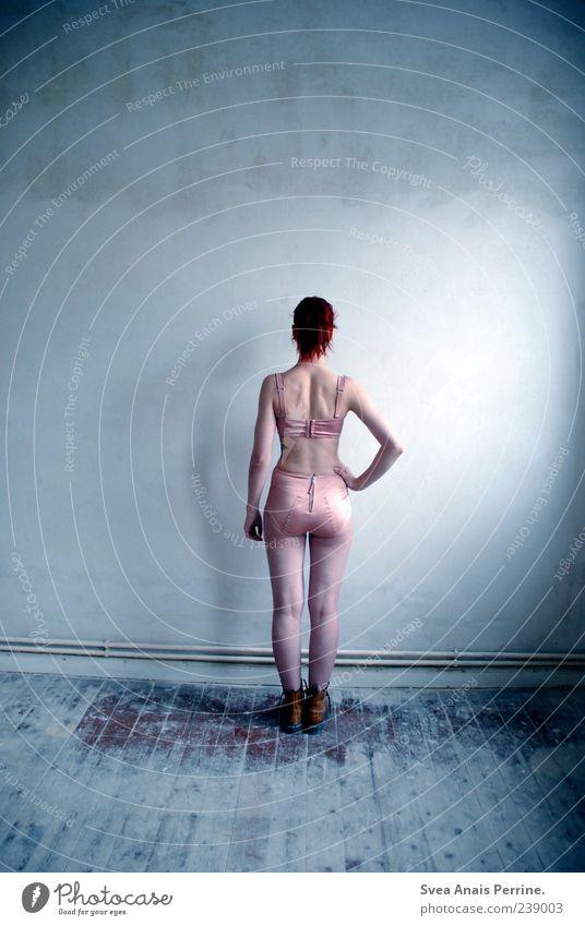 babyblau. Mensch Jugendliche Erwachsene feminin Wand Haare & Frisuren Mauer Stil Junge Frau Fassade 18-30 Jahre stehen Lifestyle dünn langhaarig Unterwäsche
