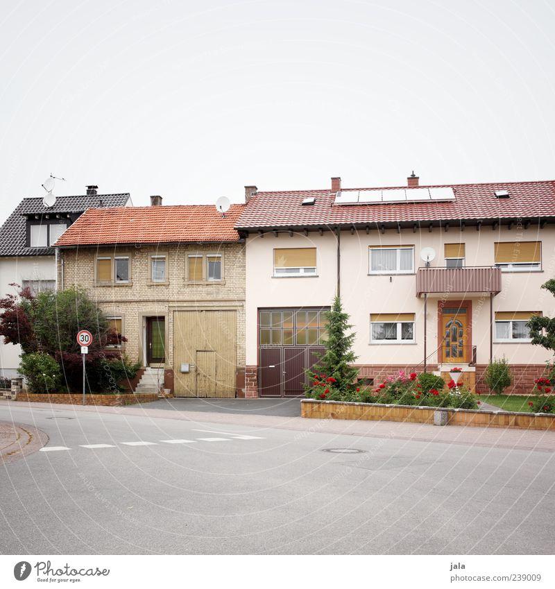 30er zone Pflanze Baum Blume Gras Grünpflanze Garten Vorgarten Dorf Haus Bauwerk Gebäude Architektur Mauer Wand Treppe Fenster Tür Dach Verkehrswege Straße