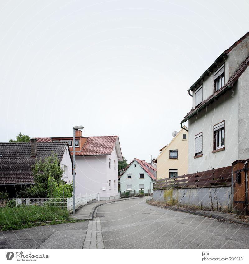 sackgasse Himmel Stadt Baum Pflanze Haus Straße Architektur Gras Wege & Pfade Gebäude Platz Sträucher trist Bauwerk Dorf Bürgersteig