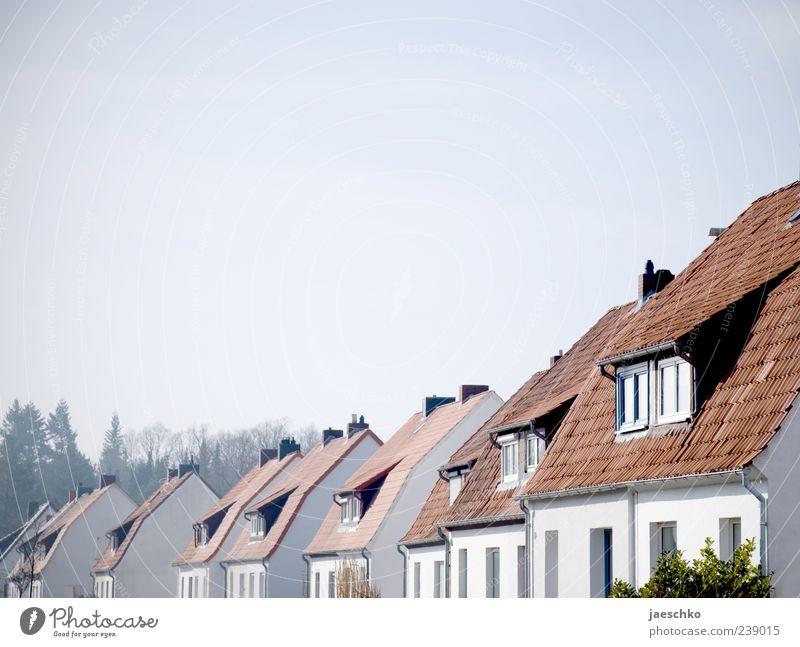 Deutsche Einheit Stadt Haus Zufriedenheit Häusliches Leben Dach viele Reihe Nachbar gleich bescheiden Kleinstadt Wohnsiedlung sparsam Stadtrand Einfamilienhaus