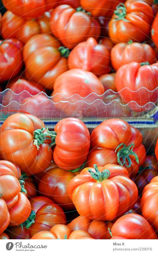 Tomaten Lebensmittel Gemüse Ernährung Bioprodukte Vegetarische Ernährung frisch lecker rund saftig rot Wochenmarkt Gemüsemarkt Gemüsehändler