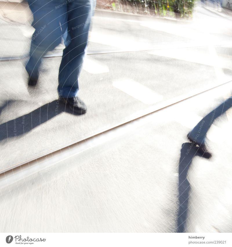 urban tripping Mensch Mann Erwachsene Straße Leben Bewegung Wege & Pfade Stil Beine maskulin Design Verkehr Lifestyle Gleise chaotisch Platzangst