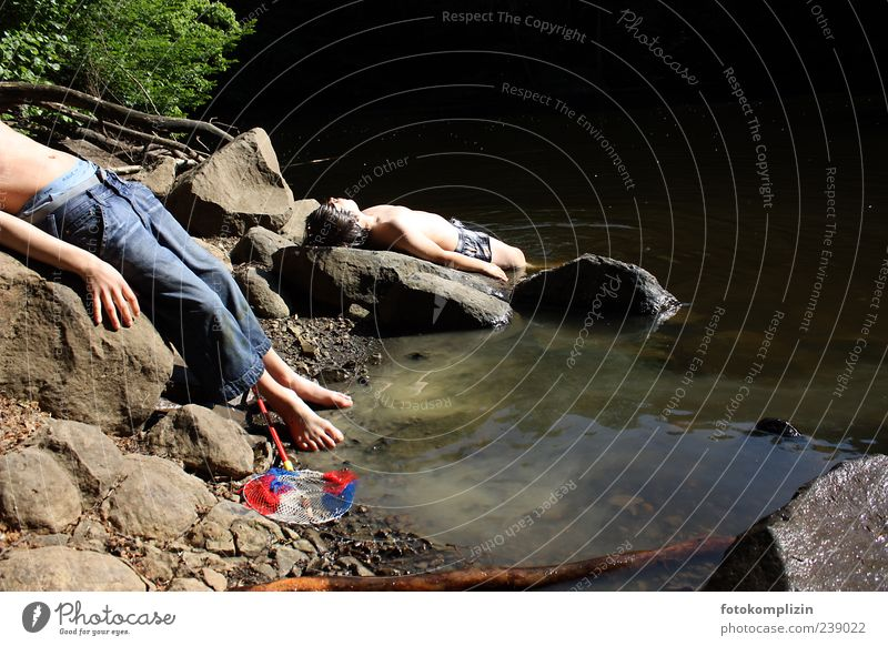 schöne alte welt Junge 2 Mensch 8-13 Jahre Kind Kindheit Natur Seeufer Schwimmen & Baden genießen frei Zusammensein natürlich Stimmung Zufriedenheit