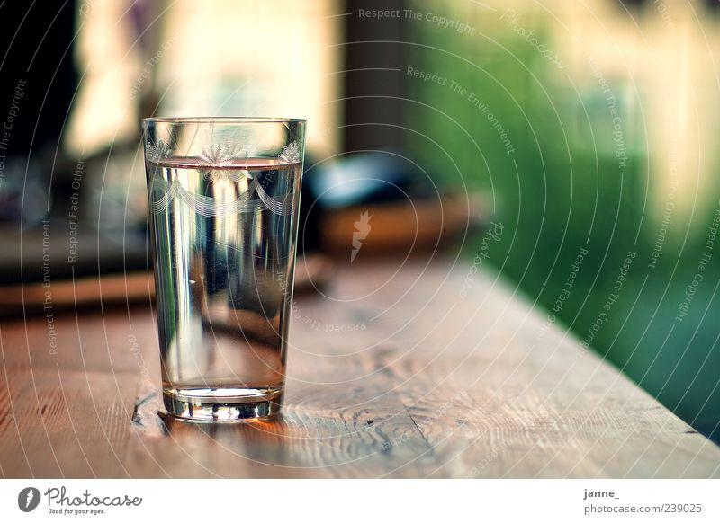durstig Getränk Erfrischungsgetränk Trinkwasser Glas Holz Wasser Flüssigkeit braun grün Wetzlar Tisch Farbfoto Innenaufnahme Licht Schatten