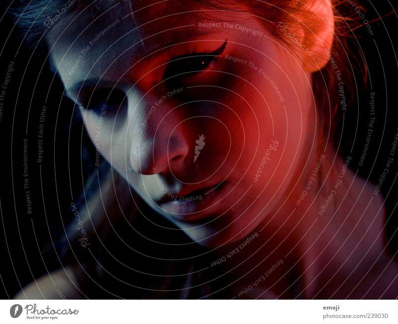 RED IV feminin Junge Frau Jugendliche Gesicht 1 Mensch 18-30 Jahre Erwachsene bedrohlich dunkel böse rot blau zweiteilig halbdunkel Lichterscheinung Lichtspiel