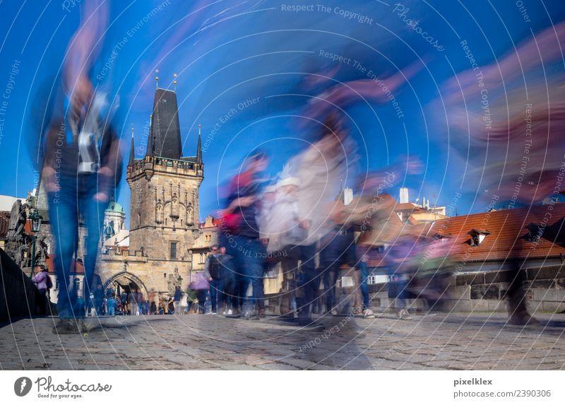 Auf der Karlsbrücke, Prag Ferien & Urlaub & Reisen alt Sommer Stadt Architektur Gebäude Tourismus Stein Ausflug gehen Europa Brücke historisch Vergangenheit