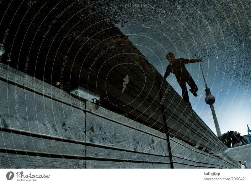 traumtänzer Mensch maskulin Mann Erwachsene 1 Hauptstadt Turm Sehenswürdigkeit Wahrzeichen Tanzen Berlin Berliner Fernsehturm Mauer Gleichgewicht Pfütze Wasser