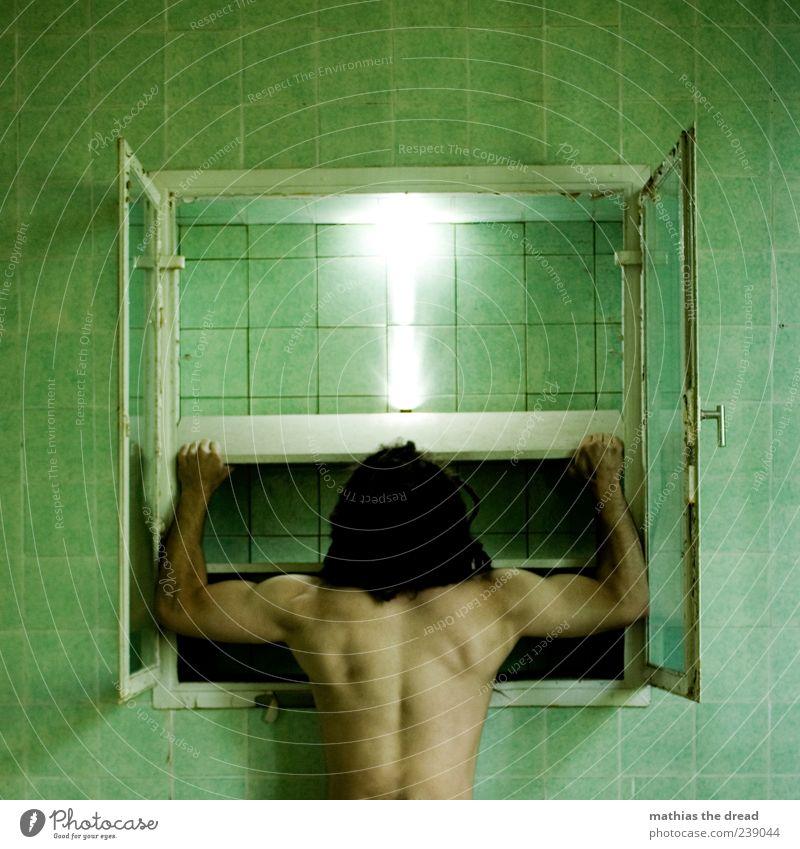 SCHREIN DER ERLEUCHTUNG Mensch Jugendliche alt grün Haus Fenster Wand Mauer offen Kraft Rücken maskulin Energie ästhetisch leuchten Junger Mann