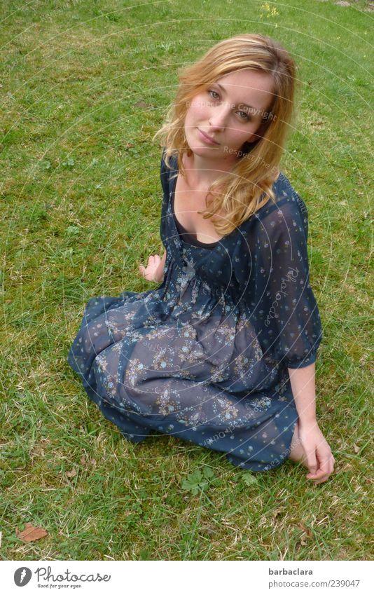 Träume haben Freizeit & Hobby Sommer Sonnenbad feminin Junge Frau Jugendliche Erwachsene Leben 18-30 Jahre Natur Schönes Wetter Wiese Kleid blond langhaarig