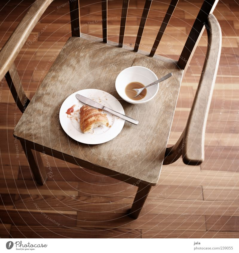 französisches frühstück weiß Lebensmittel braun Wohnung leer Getränk Kaffee Stuhl Geschirr lecker Teller Backwaren Schalen & Schüsseln Messer Holzfußboden