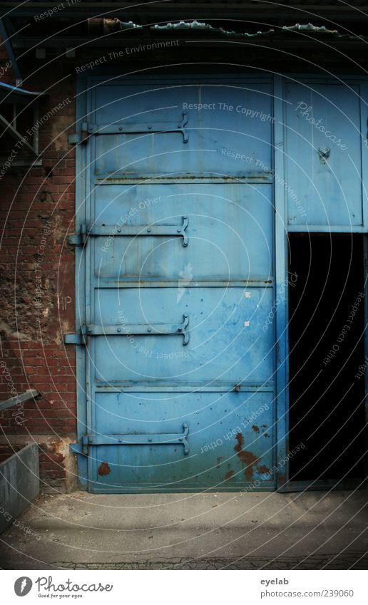 Es ist offen ! Haus Industrieanlage Fabrik Tor Bauwerk Gebäude Architektur Mauer Wand Fassade Tür Stein Beton Metall Stahl alt dreckig dunkel groß hoch trashig