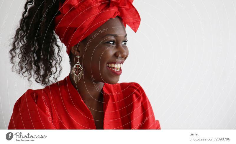 Apolline feminin Frau Erwachsene 1 Mensch Kleid Ohrringe Kopftuch Haare & Frisuren schwarzhaarig Locken Afro-Look beobachten lachen Blick Freundlichkeit