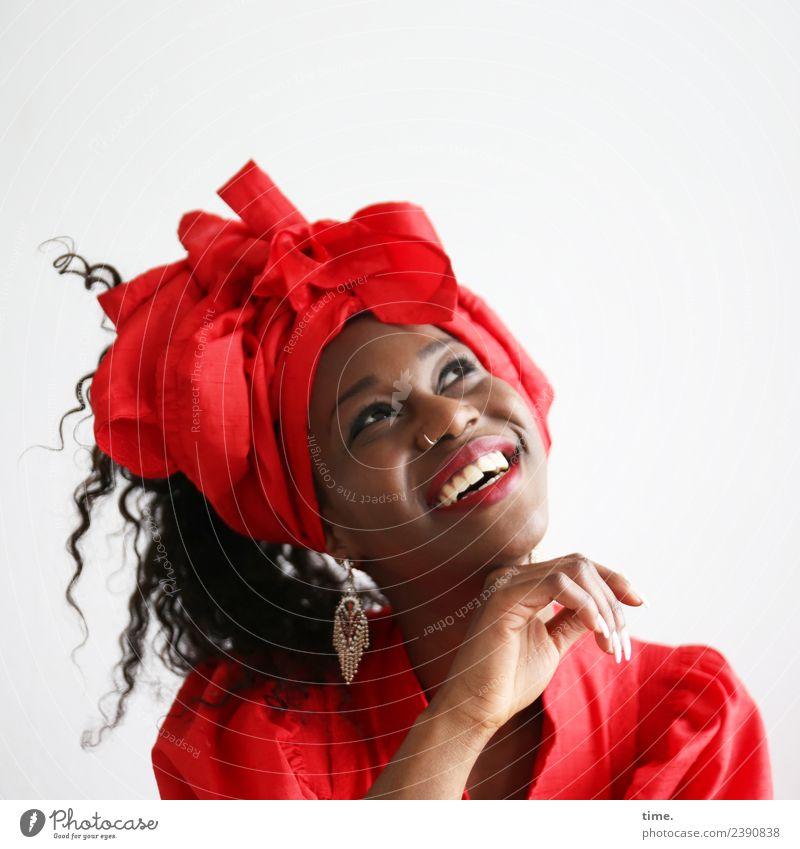 Apolline feminin Frau Erwachsene 1 Mensch Kleid Ohrringe Kopftuch Haare & Frisuren brünett langhaarig Locken Bewegung lachen Blick Freundlichkeit Fröhlichkeit