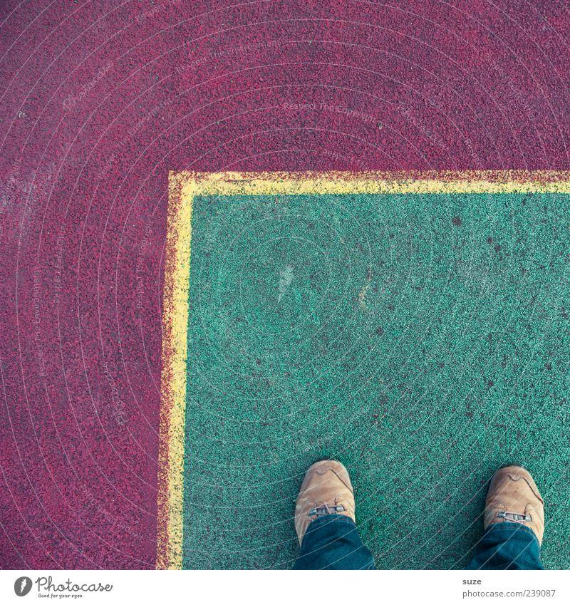Heimvorteil Mensch grün rot gelb Sport Fuß Linie Freizeit & Hobby Schuhe Schilder & Markierungen Ordnung Platz Ecke Bodenbelag Spielfeld Grenze