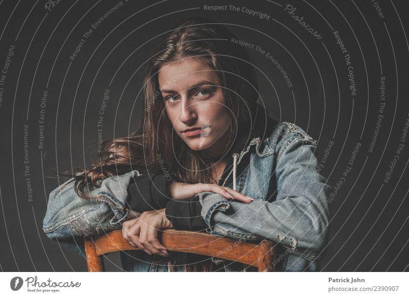 Portrait eines Teenagers Haare & Frisuren feminin Junge Frau Jugendliche 1 Mensch 13-18 Jahre Jeansjacke langhaarig authentisch einfach rebellisch Farbfoto