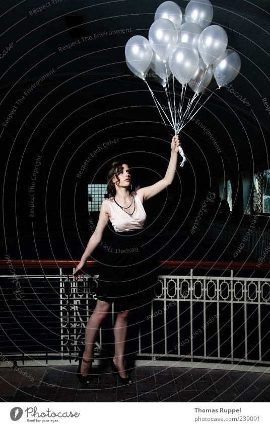Weiter festhalten Lifestyle elegant Stil Mensch feminin Junge Frau Jugendliche Erwachsene 1 18-30 Jahre Schwimmbad Gebäude Geländer Kleid Stoff Luftballon