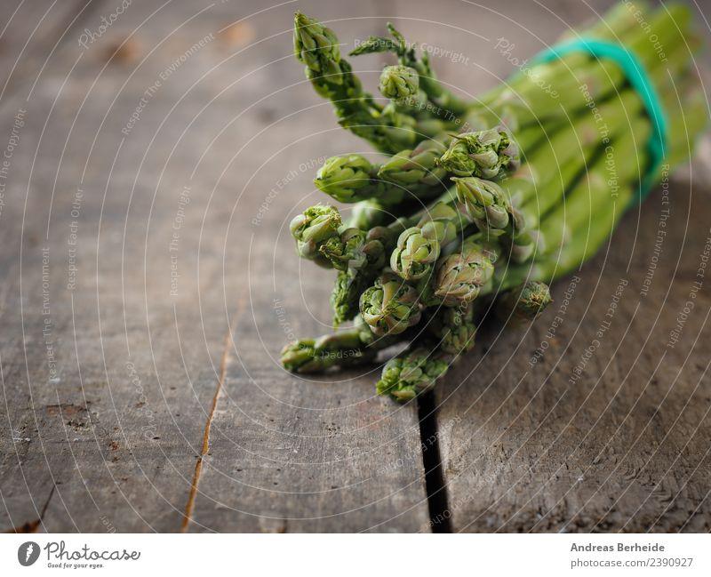 Grüner Bio Spargel auf einem Holztisch Lebensmittel Gemüse Bioprodukte Vegetarische Ernährung Diät Frühling lecker Gesundheit antioxidants Hintergrundbild bunch