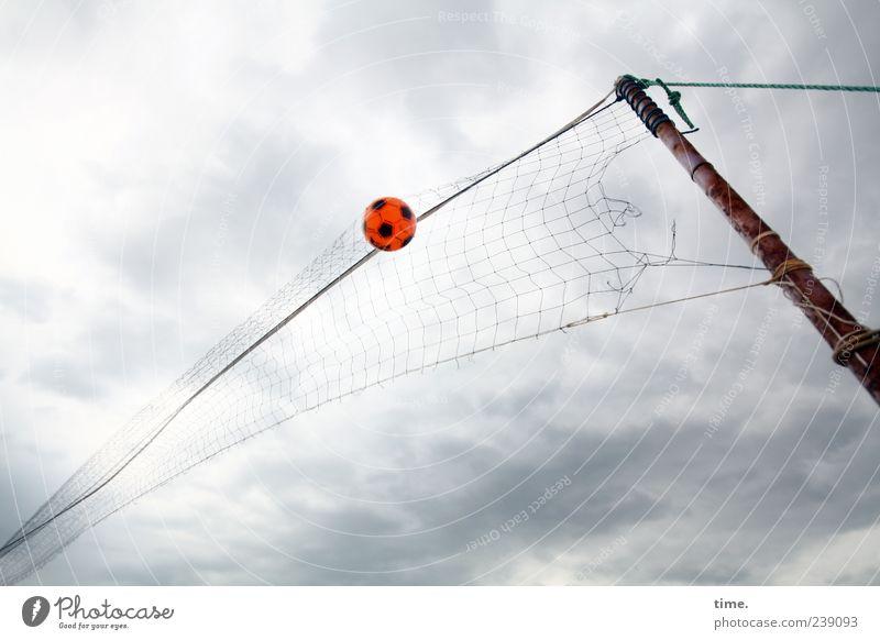 Fluggerät Himmel Sport Spielen fliegen Seil Ball Netz Pfosten Holzpfahl Ballsport Wolkenhimmel netzartig Froschperspektive Volleyballnetz