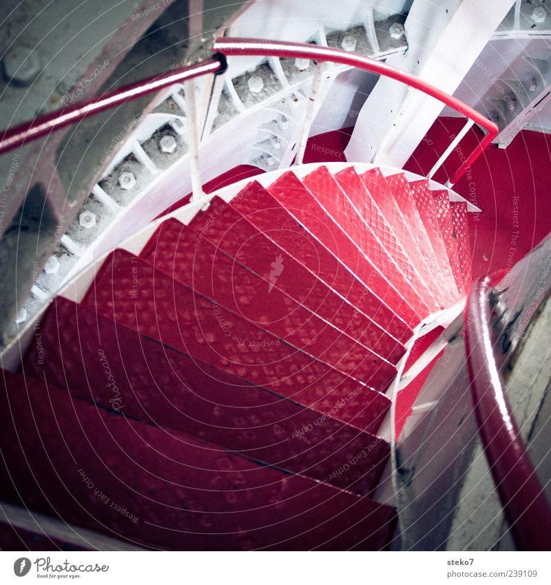 Rottreppchen Leuchtturm Treppe rot weiß Norwegen Wendeltreppe Geländer abwärts Stahlträger Schraubenmutter Farbfoto Innenaufnahme Menschenleer