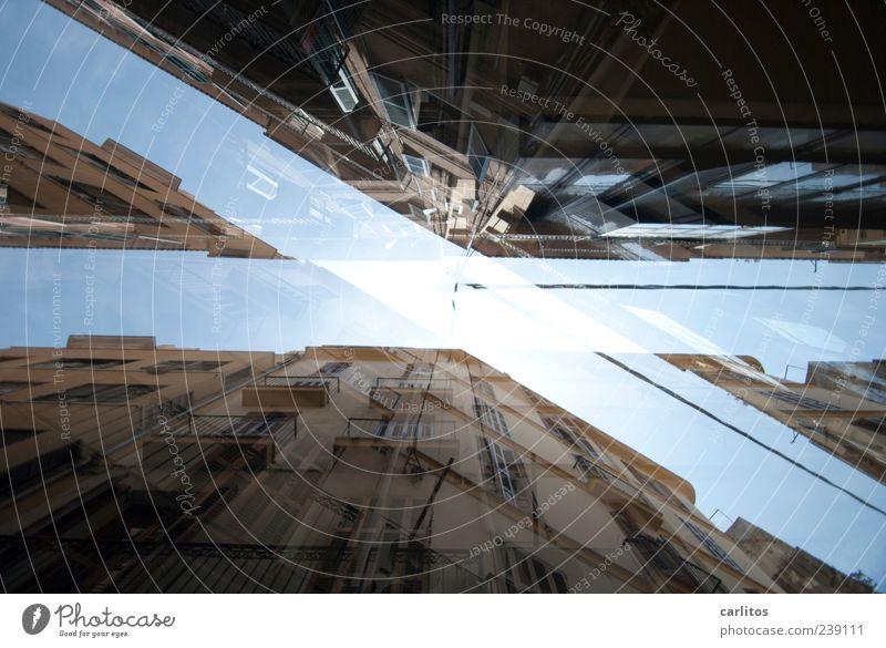 X blau alt Ferien & Urlaub & Reisen Stadt Sommer Haus Fenster Architektur Gebäude Fassade Ordnung ästhetisch Häusliches Leben Spitze Schönes Wetter unten