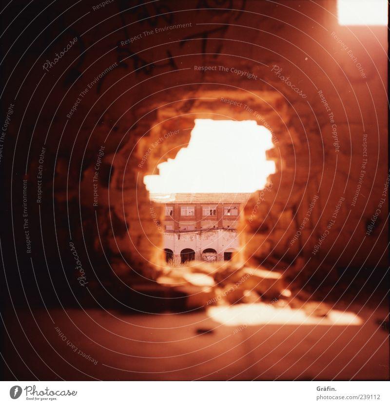 Der Durchbruch rot Fenster Wand Mauer Gebäude orange kaputt Industrie Vergänglichkeit verfallen Backstein Gewalt Verfall Loch Ruine Zerstörung
