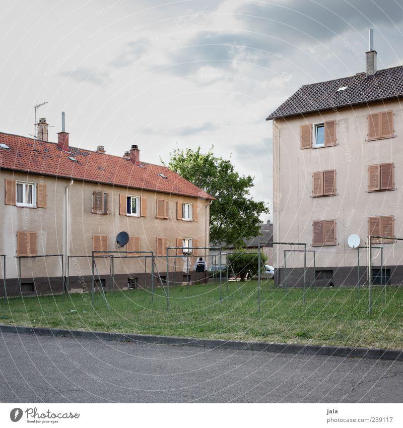 nachbarschaft Himmel Stadt Baum Haus Fenster Wiese Wand Gras Architektur Mauer Gebäude Fassade Platz Dach trist Bauwerk